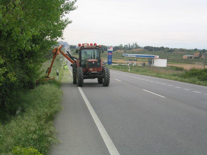 Desbroce de Cunetas en Carretera Nacional 240